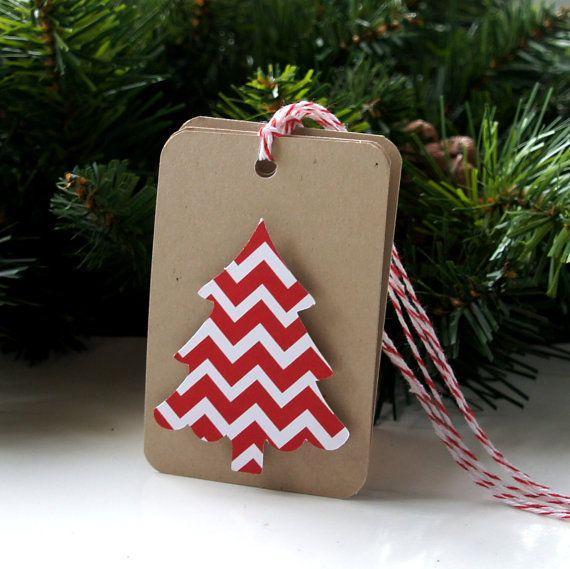 Il nostro albero di Natale rosso Chevron regalo tag sono il tocco finale perfetto per i pacchetti di vacanza. Fissarle ai doni, goodie bags. bottiglie di vino o altre delizie di vacanza. Ognuna dispone di un albero di Natale alzato applicata su un tappeto di Kraft riciclata. La parte posteriore viene lasciata vuota per la scrittura del messaggio. Siete pregati di notare che ognuno è un po differente dovuto patterning della carta.  Questo elenco è per 6 tag. Tag corpo misura 2 x 3 e le parti…