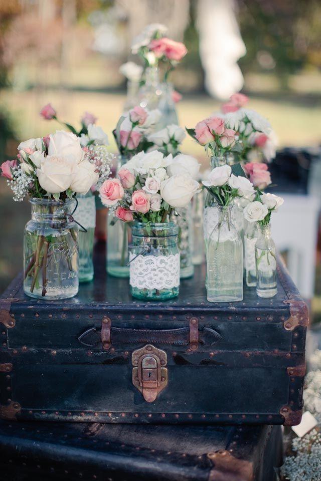 Vintage-Hochzeiten sind total im Trend. Eine sehr persönliche Note bekommt das Ganze, wenn vieles selbst gemacht ist, wie diese Dekoration mit alten Einmachgläsern, Spitzenbändern und Blumen.