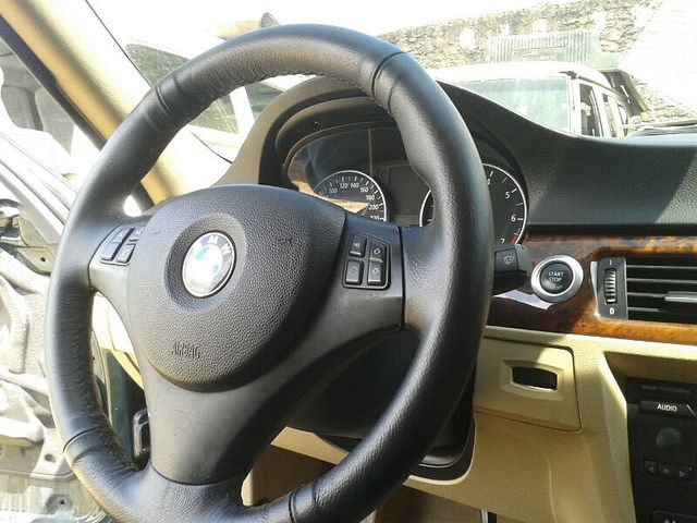 Timon en Cuero BMW | cuero negro automotriz  costura cruzada rombo