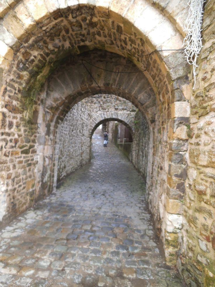Continuons la promenade sur les remparts de Boulogne sur mer; qui allons nous rencontrer? ces lieux plein d'histoire ont vu passer les chevaliers , les comtes et comtesses; les fantômes du passé hantent ils ces lieux? C'est Imali, la protégée de ma belle...