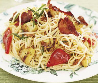 Ett vardagslyxigt och snabblagat recept på pasta med kronärtskockfräs. Du gör vegetarisk variant av bland annat spagetti, kronärtskocksbottnar, paprika och vitlök, tillsätt bacon om du gillar kött. Enkelt och aptitligt!