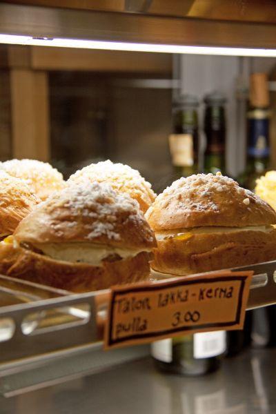 Pastry bun cloudberry finnish food helsinki finland nordic Anna22 cafe deli  Kuva: Elisabeth Heinrichs