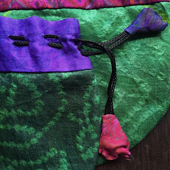 Un 5 sacchetto del cordone di seta sari dellannata con le schede di colore coordinato con coulisse e fodera. Borse aprono e chiudere tirando delicatamente il colore abbinato schede. Bisogno di un eco-friendly riutilizzabili avvolgimento per regalare gioielli fatti a mano? Si tratta di una bella opzione.  Foto sono state scattate in luce naturale con un obiettivo macro per mostrare i dettagli.  Allingrosso Sconti disponibili per 50 o più buste in colori assortiti. Si prega di convo per un…