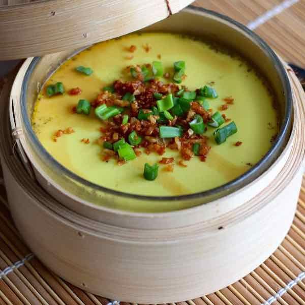 Les oeufs à la vapeur sont un plat traditionnel populaire en Chine. Les oeufs sont battus puis mélangés à de l'eau chaude avant d'être cuits à la vapeur.