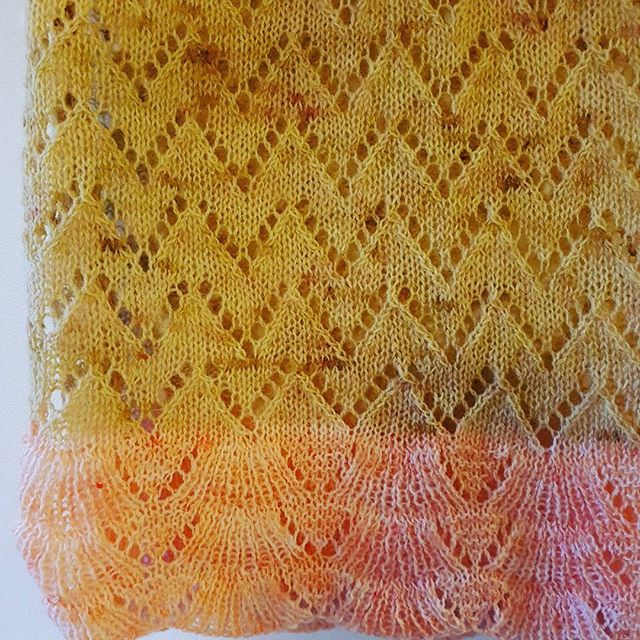 Sjal i håndfarvet garn fra handdyedbycharlottespagner.  #handdyedbycharlottespagner #garnudsalg #indiedyer #håndfarvetgarn #handdyedyarn #knittersofinstagram #knitting #strik #knitdesign #strikkeopskrift #handdyed #