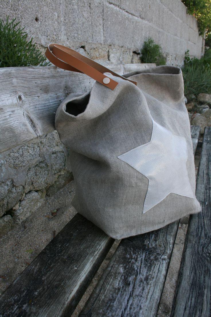 Cabas en lin doublé d'une toile de coton grisÉtoile en cuirPochette à…
