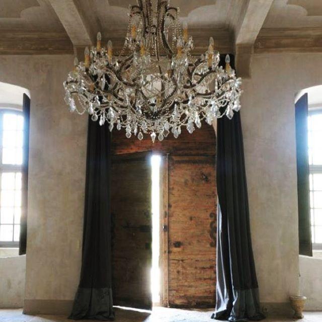 Het zonnetje komt hier door.. Hoe is het weer bij jullie.. #binnen #verlichting #hall #homeinspiration #wooninspiratie #hal #fransestijl #homestyle #landelijkchique #landelijkestijl #landelijkinterieur #stijlvolwonen #countryliving #sfeervol #notmypic #decoration #kroonluchter #loveit #interieurideeen
