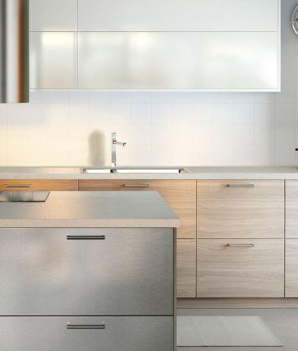 Кухня из нержавеющей стали и фронтальными панелями ящиков цвета под грецкий орех