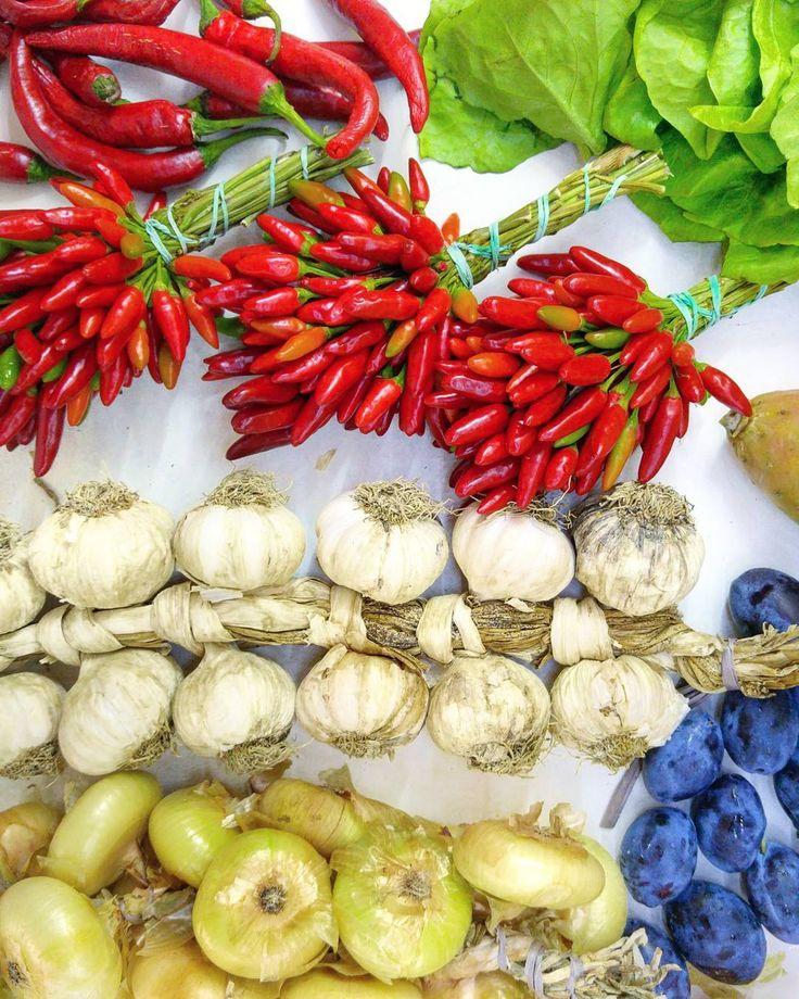 Sunday mood . #vegan #organic #bio #organico #vegs #health #healthyfood #food #foodporn #chilly #pepper #onion #garlic #yummy  #sunday #onthetable #lunch #dinner #breakfast #italia #italy #italianfood #love #instagramfood #colours #color #red #green #happy #amore