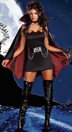 Disfraz Vampiresa Sexy El Disfraz Vampiresa Sexy es uno de los más sofisticados. Compuesto con vestido con original escote y capa de color negro y bordeos. Incluye cinturón con cadenas. ¡Date un mordisco!
