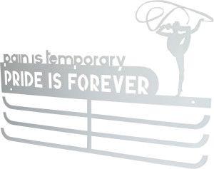 """Cuelgamedallas triple. Personalizado con silueta de la gimnasta y la frase """"PAIN IS TEMPORARY PRIDE IS FOREVER"""""""