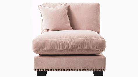 Rosa Valen fåtölj i sammet med nitar. Svart guld, ljusrosa, puder, djup, dun, möbler, möbel, inredning.