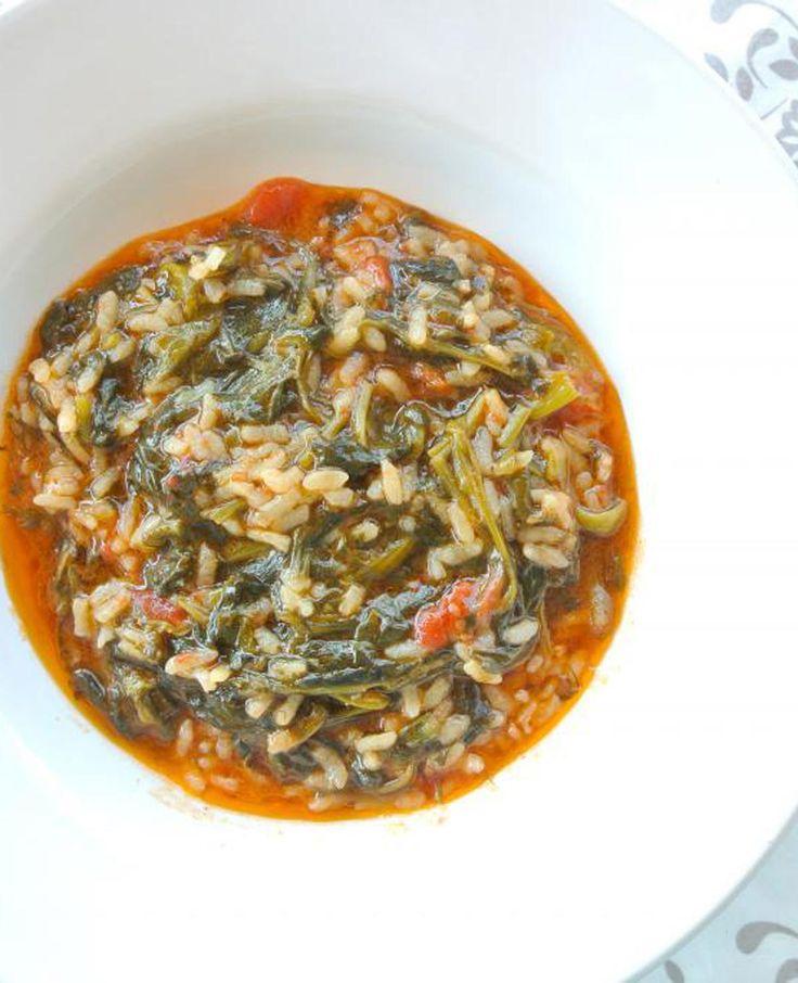 Ben jij gek op Griekse gerechten? Maak dan deze Griekse spanakorizo. Een lekker en gezond recept met rijst, spinazie, tomatenblokjes en lente-uien.