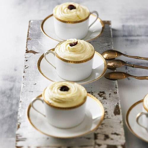 Wer ein schnelles Dessert zu Weihnachten sucht, ist bei diesem Tiramisu mit getrockneten Kirschen genau richtig. Besonders hübsch sieht es aus, wenn das Dessert in Tassen serviert ist. Und einfach und schnell geht es auch. Zum Rezept: Schnelles Tiramisu mit getrockneten Kirschen und Sherry