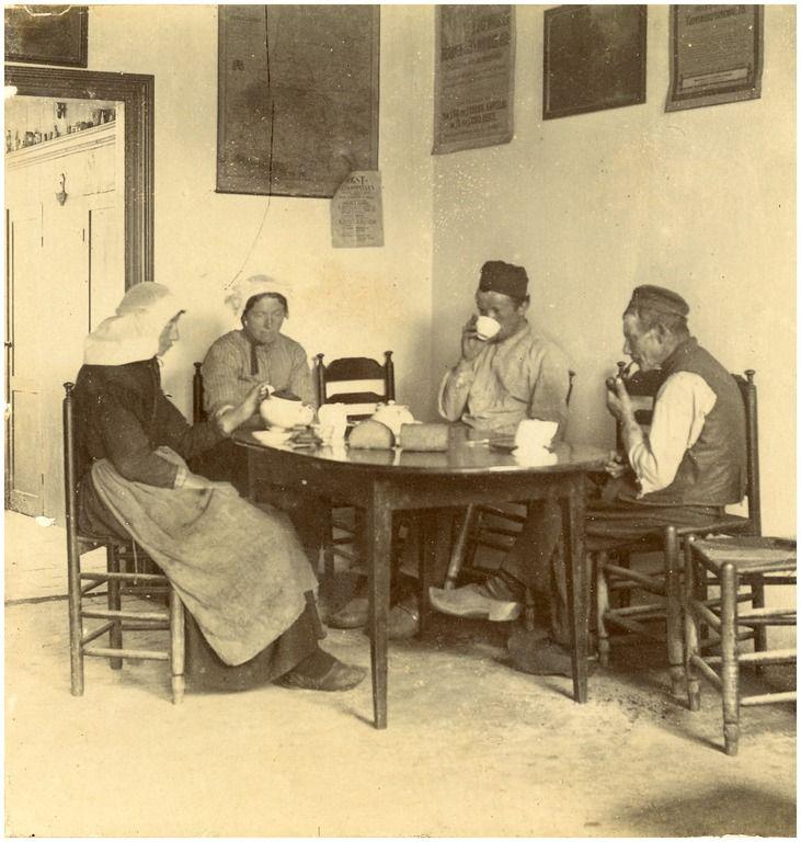 Nuenen - Het nuttigen van een maaltijd door boeren en boerinnen in een café Auteur: niet vermeld - 1880