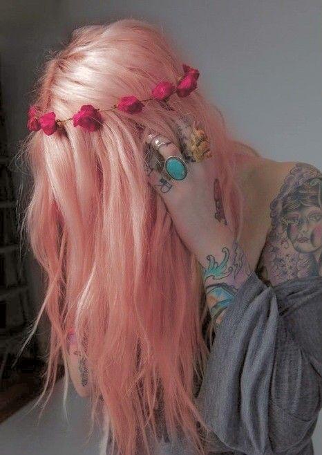 Flores rosa em cabelo rosa.