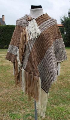 Unico poncho surenio, tejido en telar