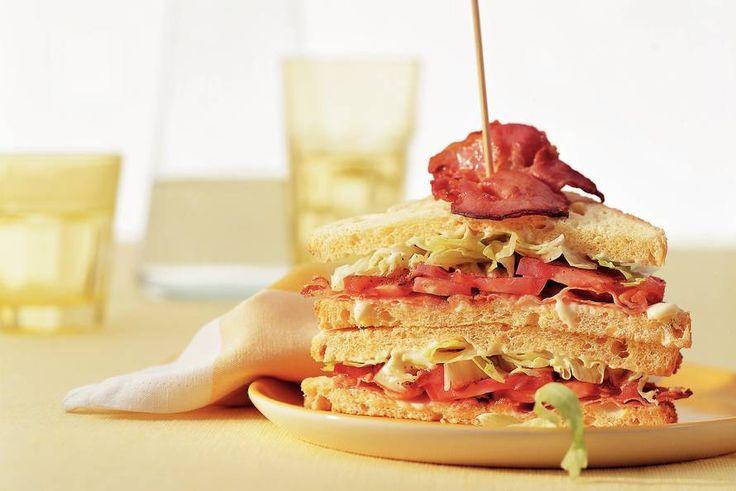 Kijk wat een lekker recept ik heb gevonden op Allerhande! Amerikaanse BLT-sandwich met reepjes ijsbergsla
