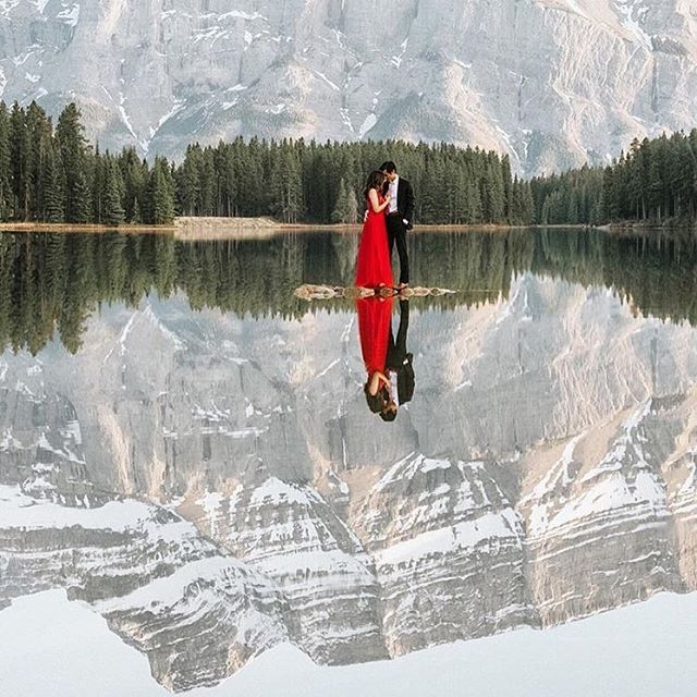 This is a pretty epic shot taken by @darren_roberts_ during one of his photo sessions at #banff. #yycweddings #calgaryweddingphotographer #calgaryweddings #weddingphotography #weddingphotographer #banffnationalpark #chasinglight #weddingideas #weddinginspiration #lakewedding #mountainwedding #weddinginspo