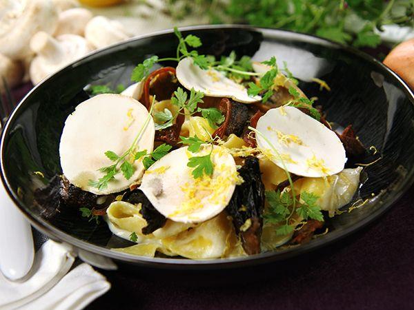 Pasta med krämig fetaostsås och svamp på tre vis; ugnsbakad portabello med vitlök och timjan, krispig ostronskivling och rå champinjon.