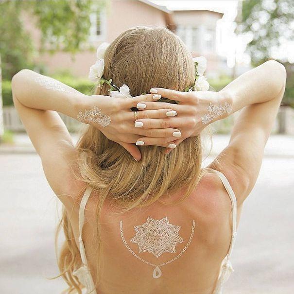 Estos tatuajes que ves abajo no solo son diferentes a los habituales por el hecho de estar realizados con tinta blanca, sino que además están inspirados en los tatuajes tradicionalesalheñade La India. Los puedes encontrar en forma de pegatinas temporales o bien comprar 'alheña blanca' que es similar al producto que utilizan en el país asiático.Publicidad