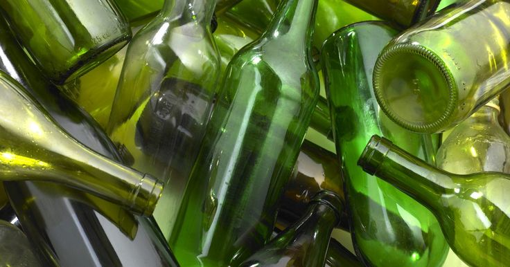 Como triturar vidro. Vidro triturado tem uma variedade de usos no artesanato, na construção e nas áreas profissionais. É possível usar vidro triturado reciclado para substituir o concreto, o jateamento, reaterrar tubos de drenagem e muros de contenção, fazer jóias e outros passatempos de artesanato. Embora ele seja geralmente feito em uma unidade de reciclagem ou num ...