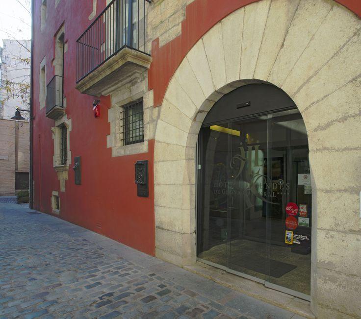 Hotel Llegendes de Girona Catedral ****  Ubicat al centre històric de Girona, hi trobem un magnífic establiment molt especial, modern, acollidor, familiar i de tracte personalitzat, on es fa possible descobrir l'encant llegendari de cada habitació. TopGirona nº 50