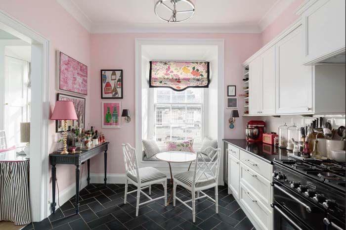 Kolme kotia - Three Colourful Homes Päivän asunnot värikkäine sisustuksineen sopivat hienosti piristämään tätä harmaata, hämärää ja sateis...