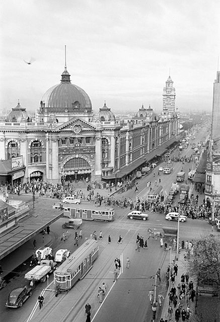 Flinders Street Railway Station, Melbourne, Australia in 1946. v@e