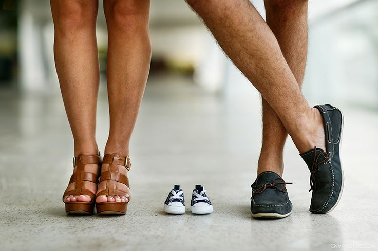 foto dos pés dos pais junto com o sapatinho do bebê que está para nascer no book externo de casal