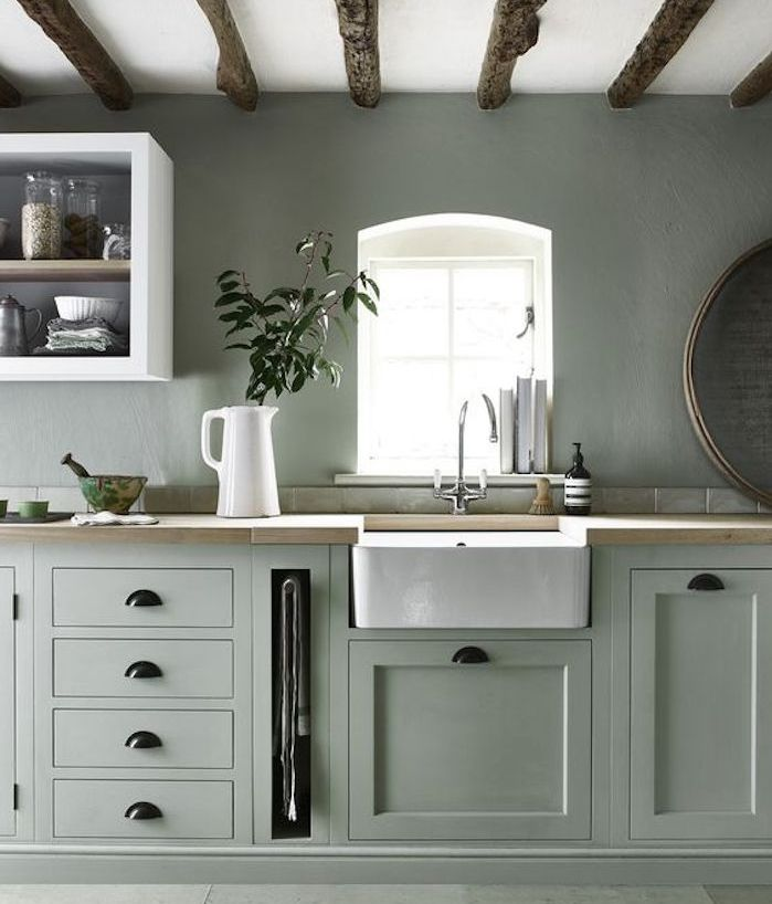 Cuisine vert celadon avec plan de travail en bois et lavabo blanc étagère ouverte blanche