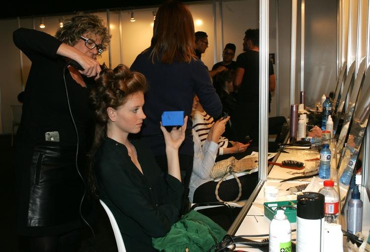 En el backstage retoques de peluqueria a una de las modelos que desfilará para Sonia Peña en la Pasarela Barcelona Bridal Week 2013. Imagen cedida por BBW.