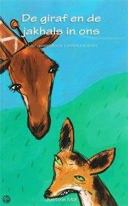 """De giraf helpt de jakhals zich te uiten, waardoor zijn meedogenloosheid kan veranderen in mededogen. Beide elementen mogen er zijn omdat zij deel uitmaken van ons wezen.Justine Mol heeft een mooi boekje geschreven met de titel """"De giraf en de jakhals in ons"""". Daarin benadrukt ze dat ook de jakhals in ons een belangrijke functie heeft. Deze wijst ons op diepere behoeften (zoals liefde, welzijn, erkenning, veiligheid etc.) waar niet aan voldaan wordt of waarin we een gemis ervaren."""