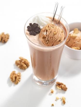 Kawowa uczta w wariancie smoothie z nutellą, lodami i bitą śmietaną