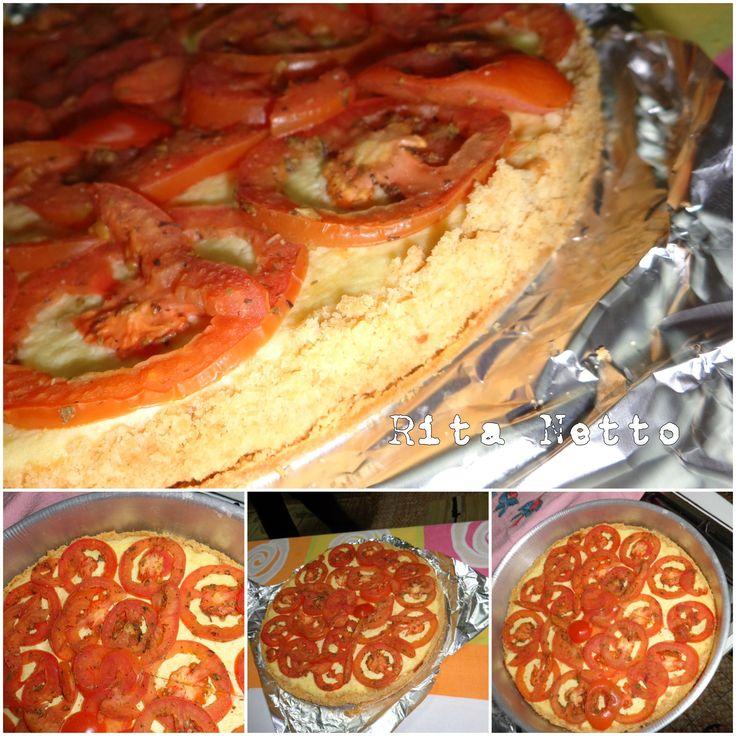 Torta de ricota com tomate e massa de bolacha salgada.