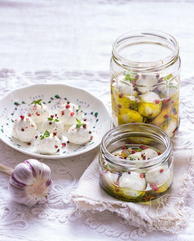 Najprostszy na świecie ser z odcedzanego jogurtu. Przepis na kulki z labneh w oliwie z ziołami. Sprawdź!