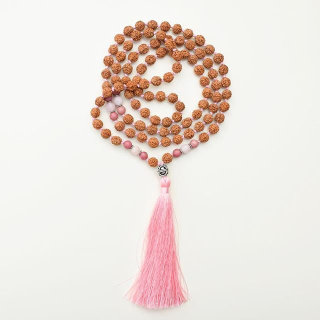 When people are responsible for other people. ✌🏻 ———————— You can always take smart business decisions, but never forget to empower others. Buying a rudraksha or sandalwood mala necklace from our shop helps us a lot but in the same time seeks to empower the widows of India by offering them love, hope and jobs. ❤️ #mindbeads #empoweringwomen