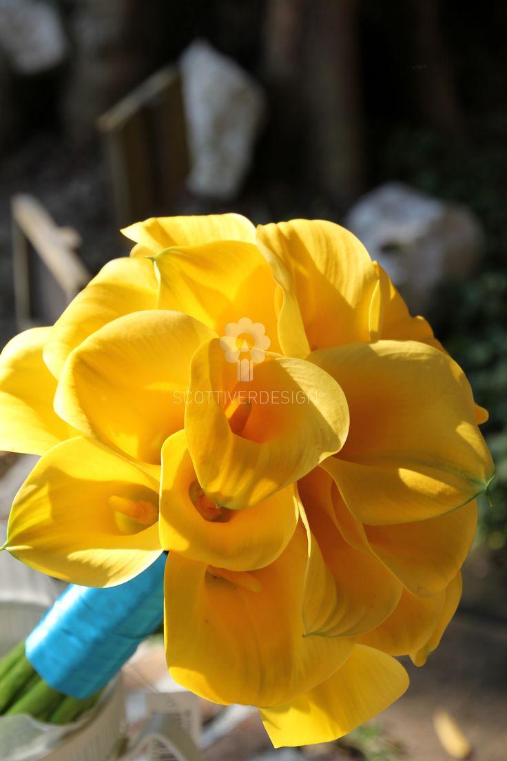 bouquet di calle gialle legate semplicemente con un nastro turchese per un matrimonio fresco, solare e gioioso tenutosi nella fantastica cornice della costiera amalfitana