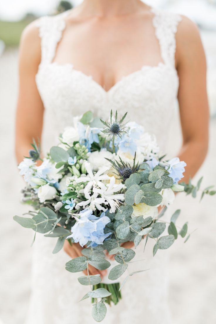Brautstrauß weiß, blau, grau mit Eukalyptus locker, leicht https://www.facebook.com/Ostseebluete.EVENTFLORISTIK/