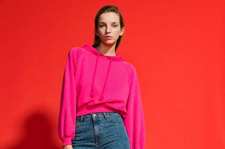 """Η σεζόν Spring-Summer 2017 επαναφέρει την παλέτα των καλοκαιρινών χρωμάτων επιλέγοντας το ροζ να παίξει το κύριο ρόλο στη συλλογή της Bershka. Όλες οι τάσεις επιλέγουν αυτό το χρώμα, σε ρούχα και λεπτομέρειες σε διαφορετικές αποχρώσεις, ξεκινώντας από το παστέλ έως το """"καυτό"""" ροζ."""