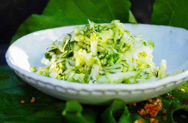 Hölskykaalisalaatti valmistetaan mummon hölkykurkkujen tapaan varhaiskaalista. Se on kevyt kalaruokien lisäke.