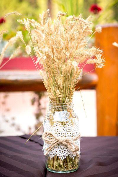 La dentelle est tellement vintage qu'on la retrouve partout dans les décorations de mariage. Utilisez la pour compléter un décor de table en la superposant aux rubans de jute, très tendances en ce moment : les deux matériaux jute et dentelle seront très...