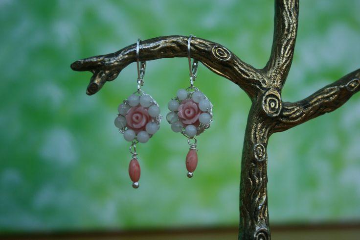 Oorbellen met gehaakt zilverdraad en koraal roosje met amazoniet