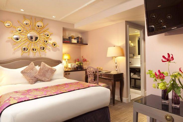 Pink tones on this master bedroom design enhanced by a golden mirror   www.masterbedroomideas.eu #masterbedroomideas #bedroomideas #goldbedrooms #whiteandgoldbedrooms #bedroomdesign #designideas