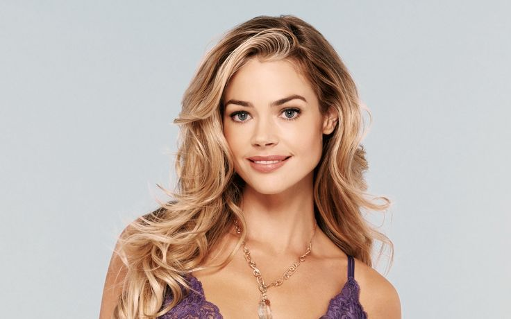 Denise Richards played Dr. Christmas Jones | www.topbondgirls.com