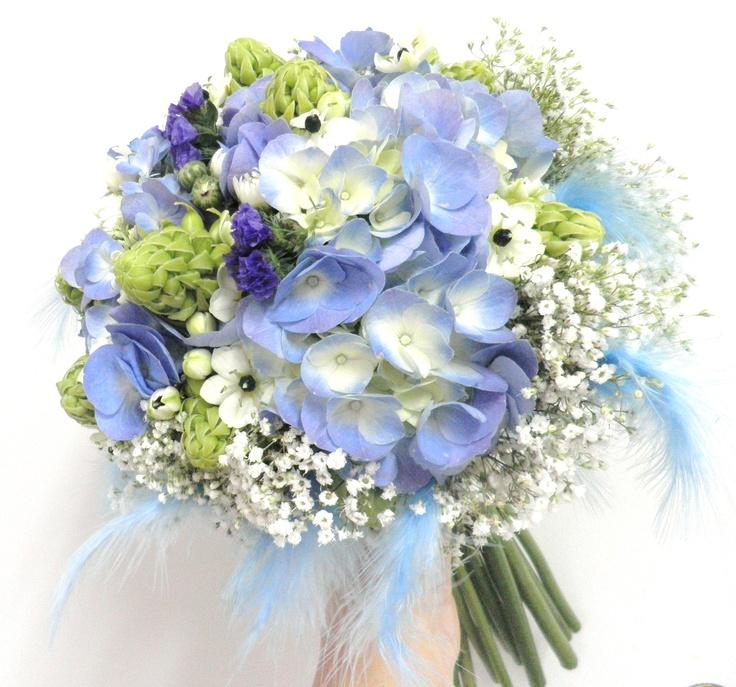ramo de novia con hortensias azules y plumas