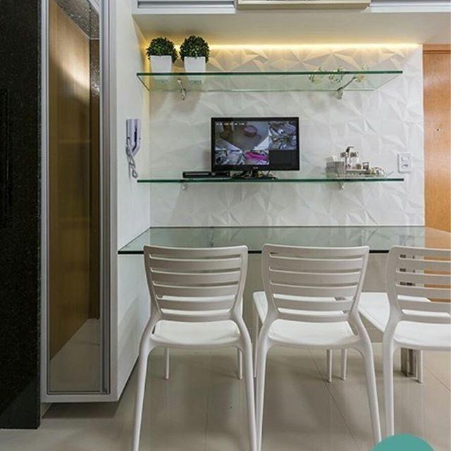 Cozinha projetada pela @mirellaprocopioarquitetura utilizando o revestimento Couche matte com acabamento de borda retificado da @ceramicaportinari e as cadeiras sofia da @tramontinaoficial, bastante moderna, bonita e robusta. Ficou um charme, né?   Temos pronta entrega! Venha conferir.  #revestimentos #ceramicaportinari #projetos #arquitetura #cozinha #prontaentrega #cadeiras #tramontina #design #mirellaprocopioarquitetura