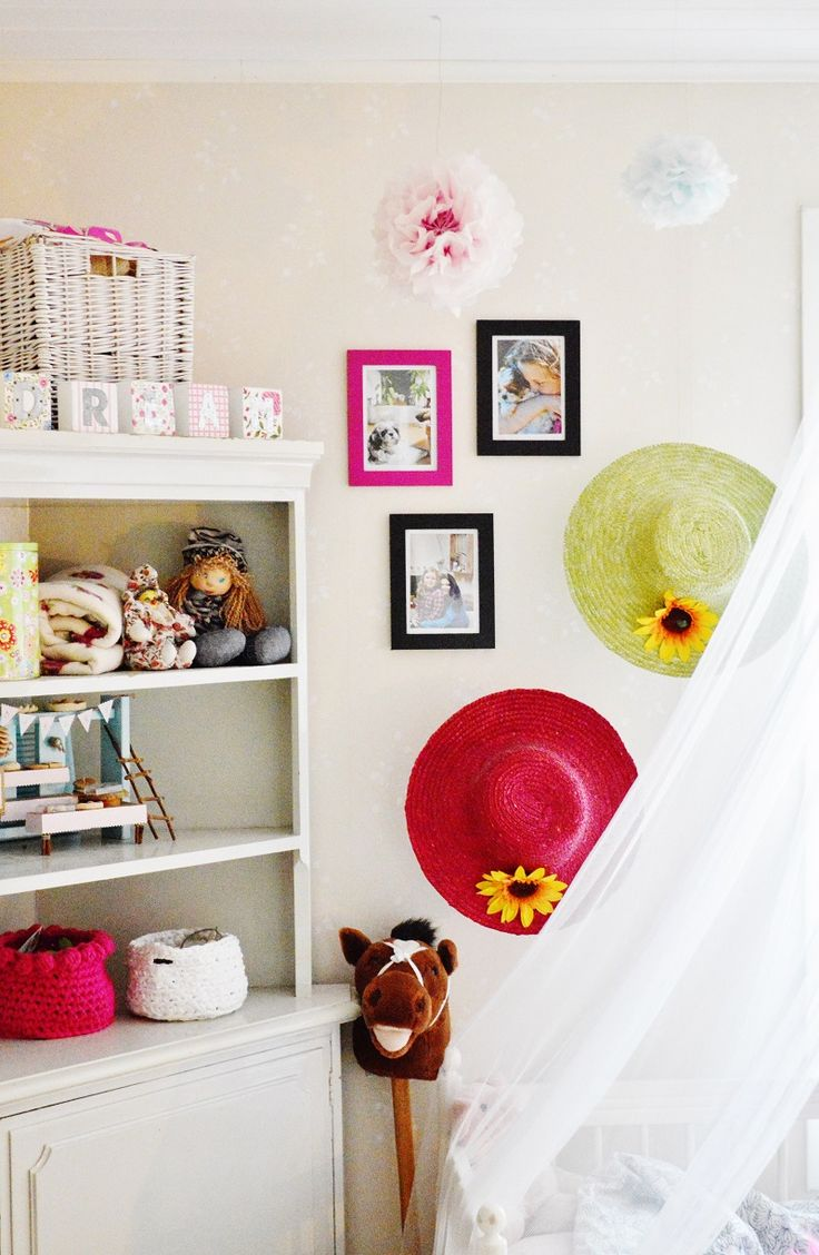 Kids room. Ideas for girls rooms. Pretty pink and DIY. Paper butterflies and silk paper pom poms.