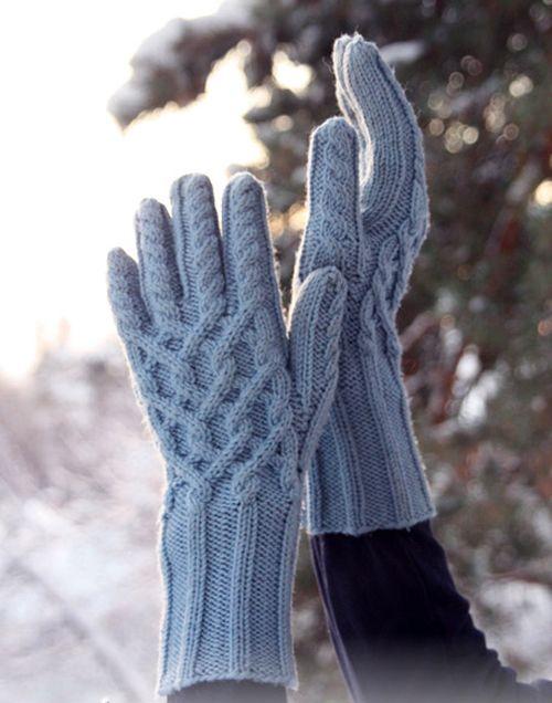 Синяя шапочка и перчатки, вязаные спицами