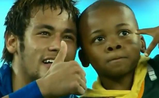 Neymar prend la pose avec un jeune supporter sud-africain le 5 mars 2014.